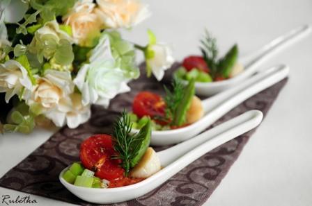 Жареные морские гребешки с помидорами конфи и спаржей